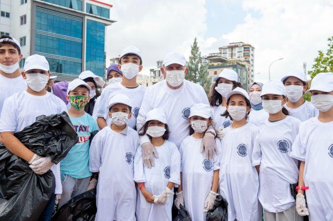 Başkan Akay gençlerle birlikte çöp topladı, 'temiz dünya' mesajı verdi