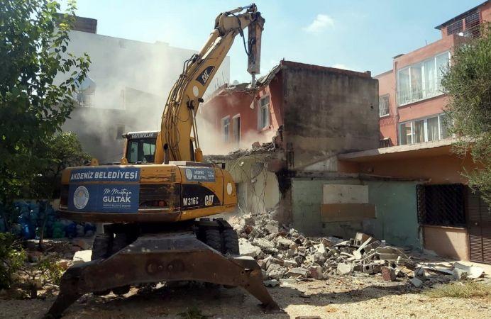 Akdeniz'de metruk binaların yıkımı devam ediyor
