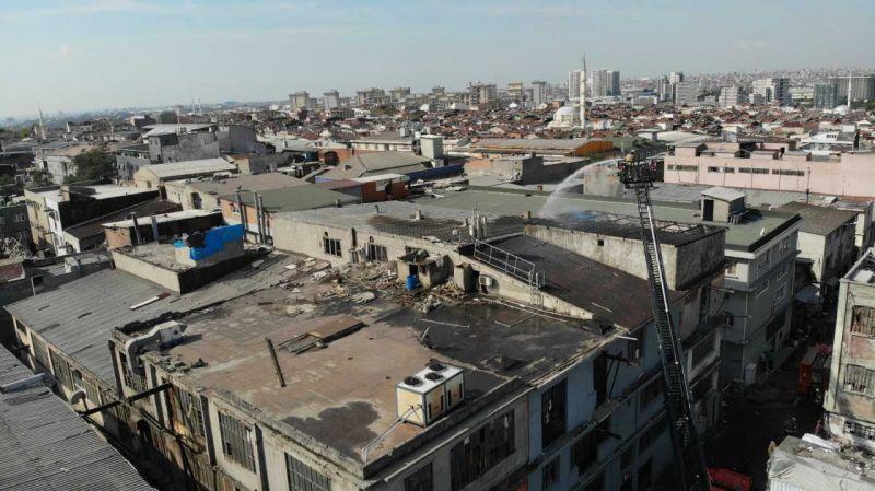 Bayrampaşa'da iş yerinin çatısı alev alev yandı