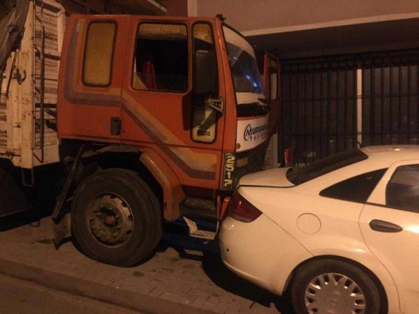 Güngören'de freni boşalan kamyon 8 araca çarparak durabildi
