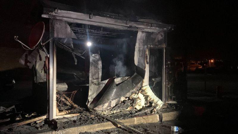 İşten çıkarılan operatör, iş makinesi ve kulübeyi ateşe verdi
