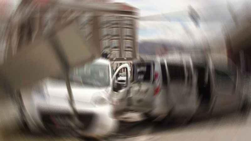 TIR'la otomobil kavşakta çarpıştı
