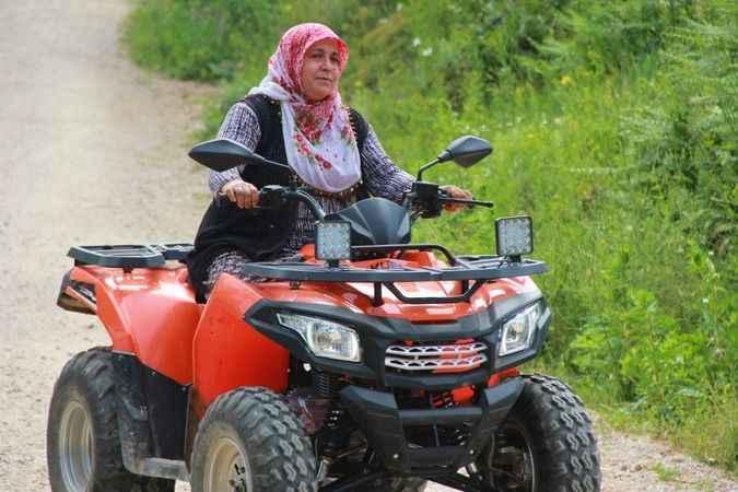 Tozlu topraklı köy yollarının ATV'li ablası