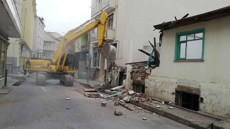 İzmit'teki metruk bina yıkıldı