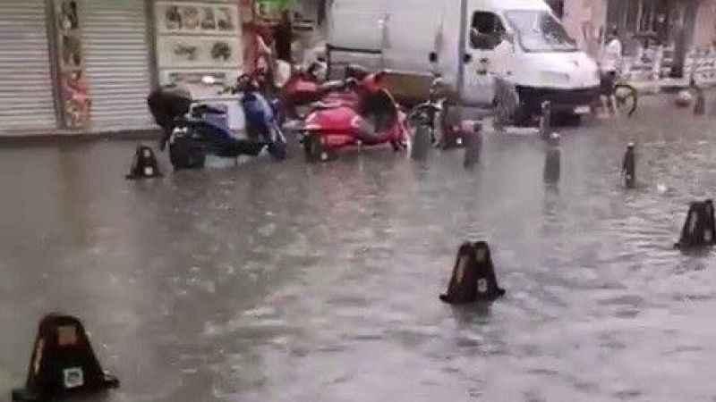 Komşuda sokakları sel götürdü