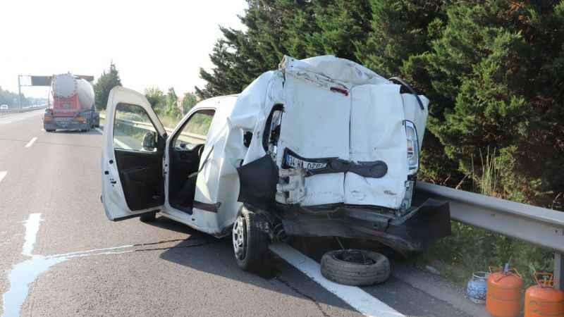 TIR'ın çarptığı otomobilin yarısı yok oldu