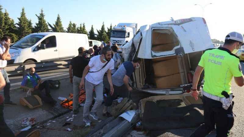 TEM Otoyolu'nda tersane işçilerini taşıyan minibüs ile otomobil çarpıştı: 9 yaralı