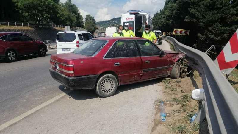 İzmit'te otomobil bariyerlere çarptı