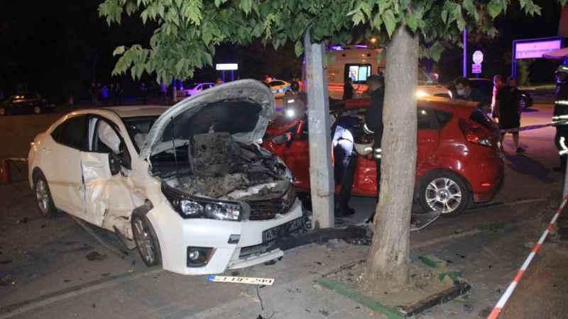İzmit'te iki otomobil kafa kafaya çarpıştı