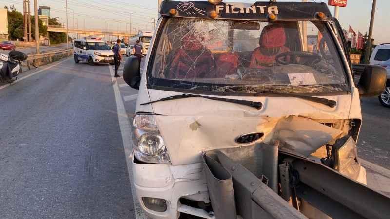 Bariyere çarpan kamyonette sıkıştılar