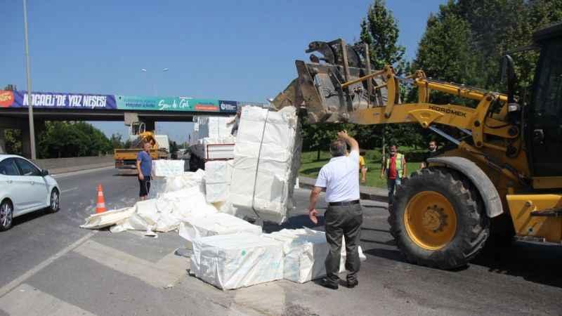 TIR'ın kasası açıldı, ürünler yola döküldü