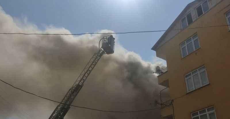 Çatı katında çıkan yangın mahalleliyi sokağa döktü