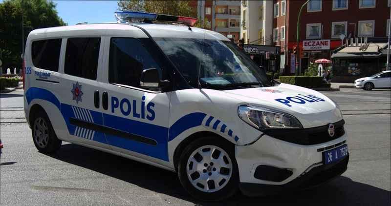 Otobüs ve ekip aracı arasında sıkışan polis memuru yaralandı