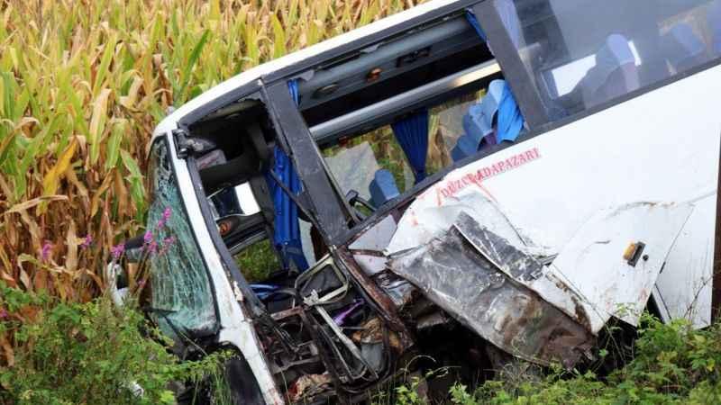 Yolcu minibüsü tarlaya uçtu: Yaralılar var