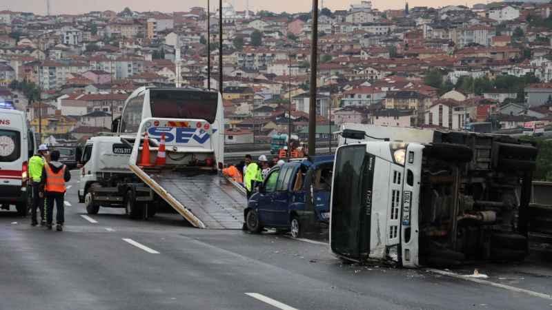 TEM'de 9 araç birbirine girdi, İstanbul istikameti trafiğe kapandı