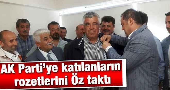 AK Parti'ye katılanların rozetlerini Öz taktı