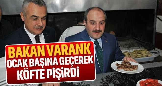 Bakan Varank, ocak başına geçerek köfte pişirdi