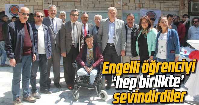 Engelli öğrenciyi 'hep birlikte' sevindirdiler