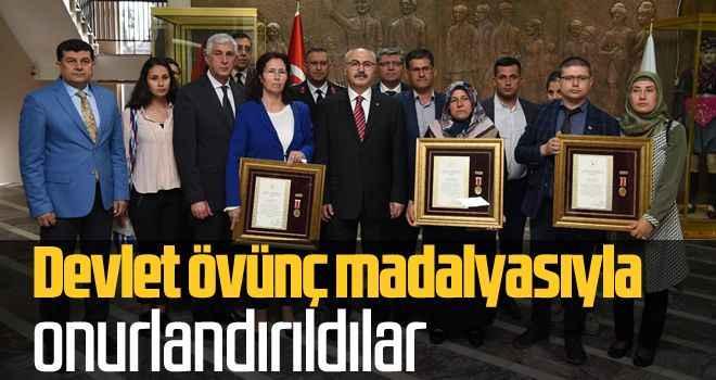Devlet övünç madalyasıyla onurlandırıldılar