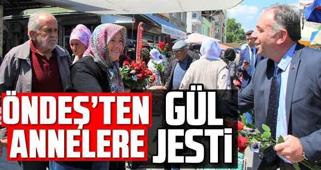 Öndeş'ten annelere gül jesti