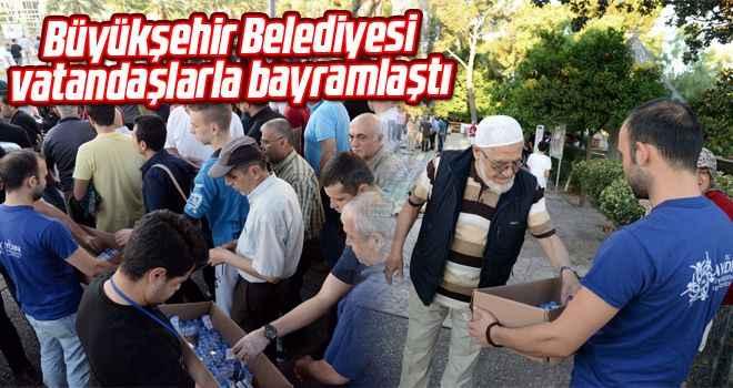 Büyükşehir Belediyesi vatandaşlarla bayramlaştı
