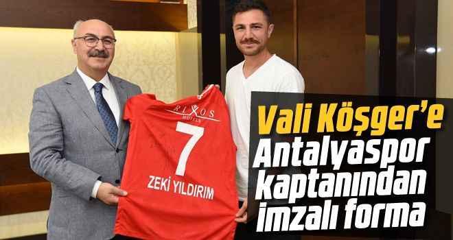 Vali Köşger'e Antalyaspor kaptanından imzalı forma