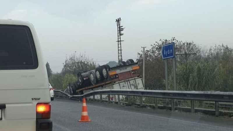 Aydın'da kamyon devrildi