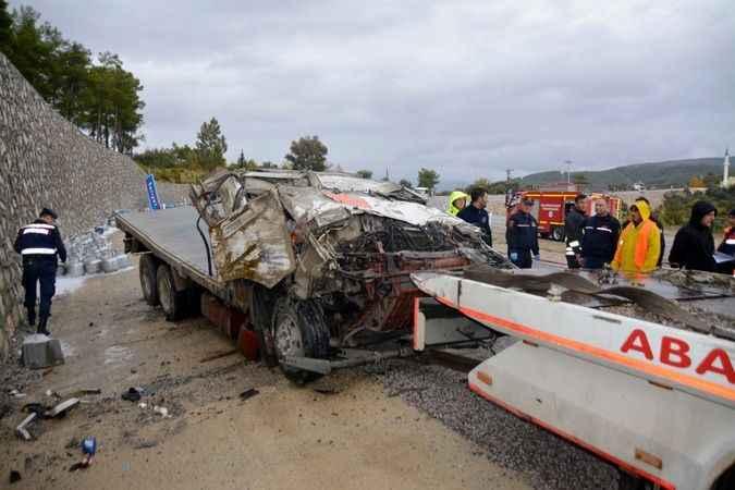 Tüp yüklü kamyonet devrildi; 1 ölü, 1 yaralı