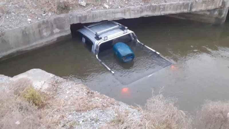 Suya gömülen araçta boğulmaktan kurtuldular
