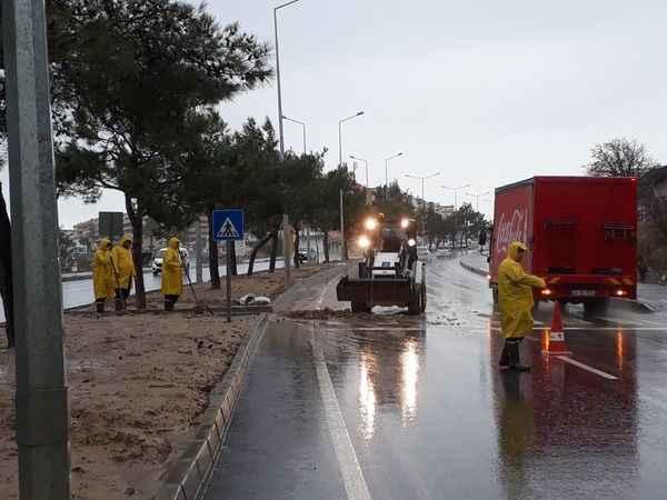 Kuşadası Belediyesi sağanak yağışa karşı mücadelesini gece boyu sürdürdü
