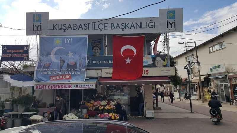İYİ Parti, teröre tepki için parti binalarına bayrak astı
