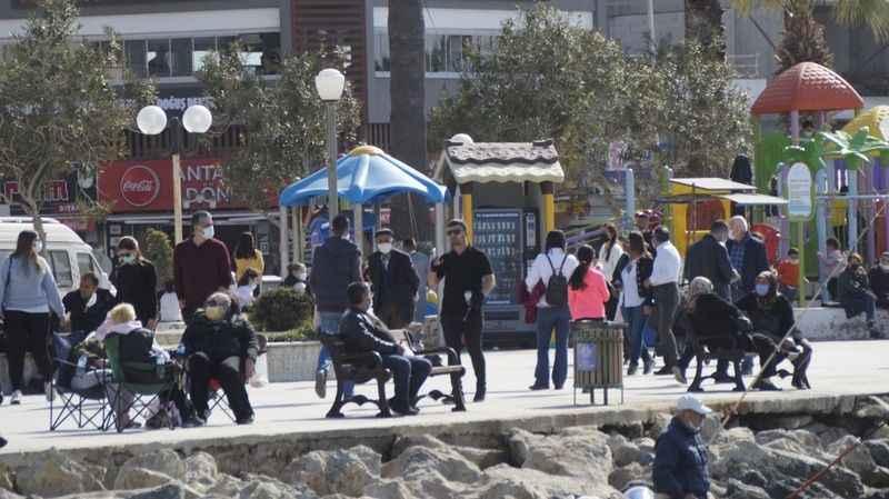 Kuşadası'nda sahiller doldu, sosyal mesafe hiçe sayıldı