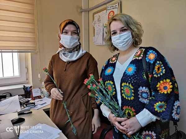 AK Parti Çine Kadın Kolları, kadınlara karanfil hediye etti