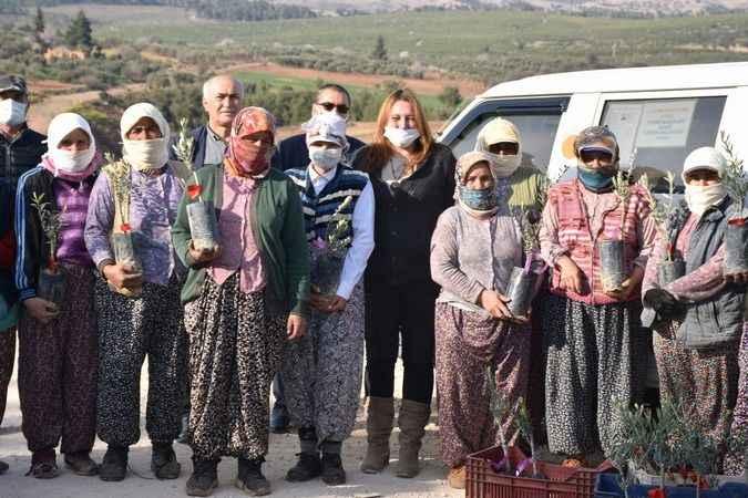 Karacasu'da İYİ Parti, zeytin fidanıyla Kadınlar Günü'nü kutladı