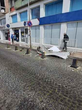 Aydın'da şiddetli rüzgar, CHP'nin tabelasını uçurdu