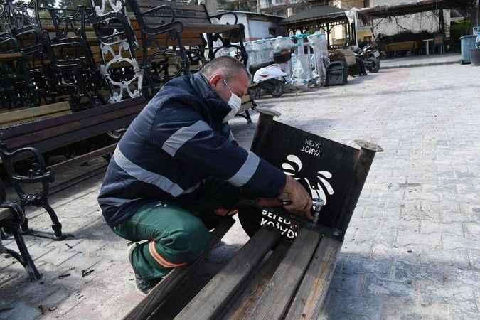 Kuşadası'nın kent mobilyaları, usta ellerde yeniden hayat buluyor