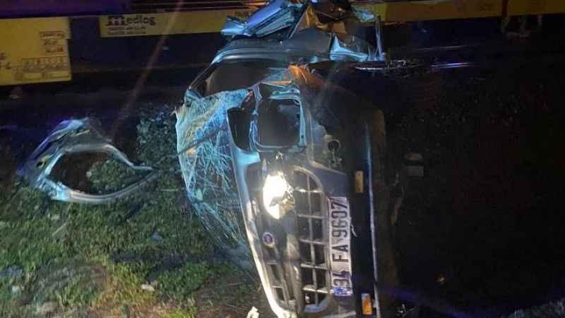 Tren ile ticari araç çarpıştı: 1 yaralı