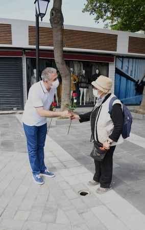 Kuşadası Belediyesi, çiçekçi esnafından aldığı gülleri annelere dağıttı