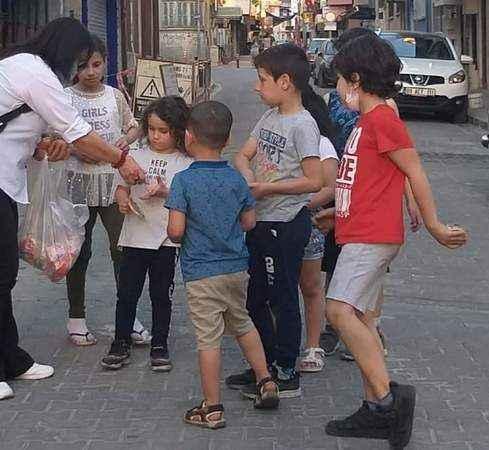 Üniversiteli gençlerin harçlıklarıyla çocuklar bayram etti