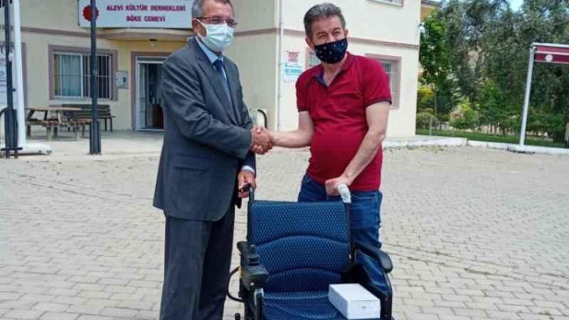 Bir akülü tekerlekli sandalye desteği daha