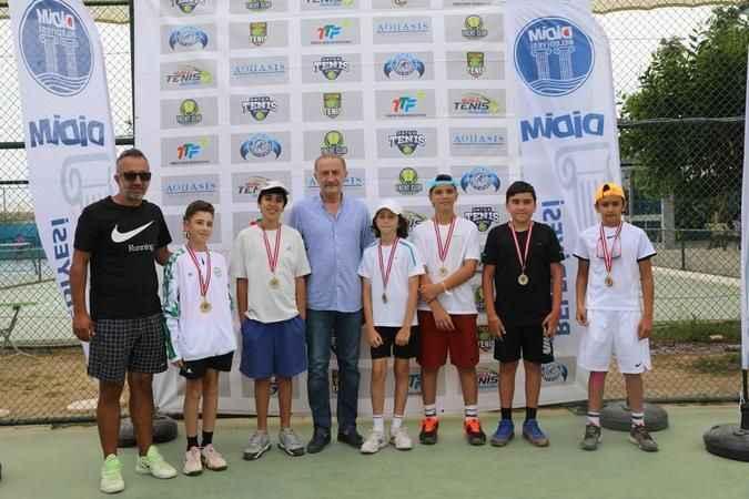 Tenisçiler ödüllerini Atabay'ın elinden aldı