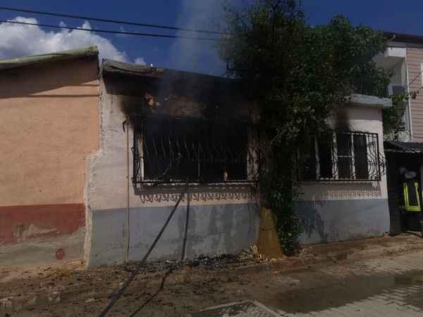 Covid-19'dan annesi ölünce evi ateşe verdi