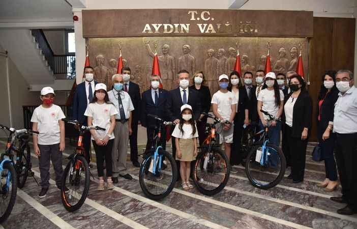 Aydın'da en çok atık toplayan 5 öğrenciye bisiklet hediye edildi