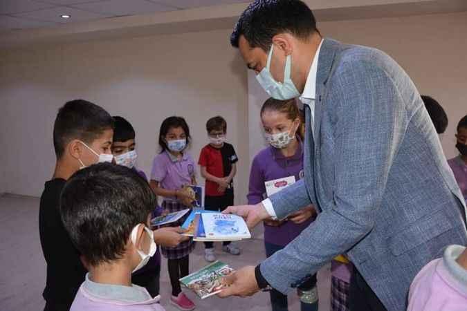 Öğrencilere kitap dağıtıldı