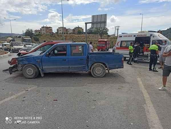 Üç aracın çarpıştığı kazada 6 kişi yaralandı