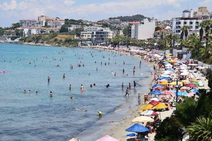 Kuşadası'nda tatilciler plajlara akın etti