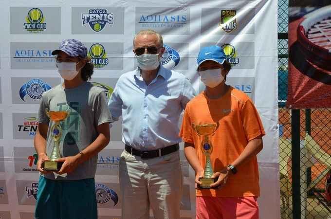 14 yaş grubu tenisçiler ödüllerini aldı
