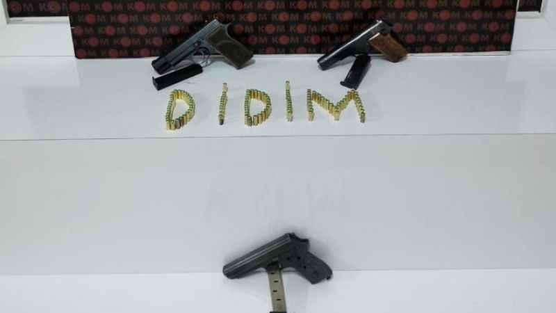 Şüpheli şahsın iş yerinde tabancalar ele geçirildi