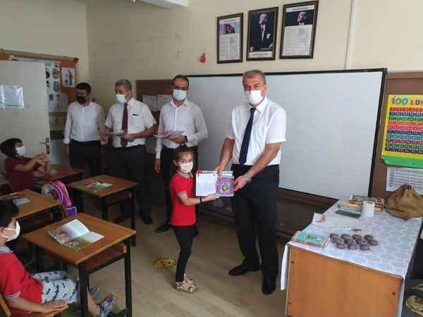 Okumuş, İmamköy'de karne dağıttı