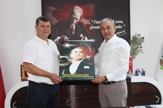 Kaymakam Tepeli ve Başkan Kaplan'a Atatürk posteri hediyesi